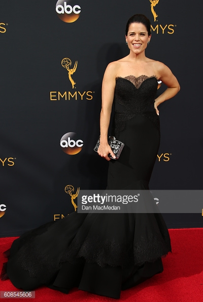 emmys 2016 neve campbell.jpg